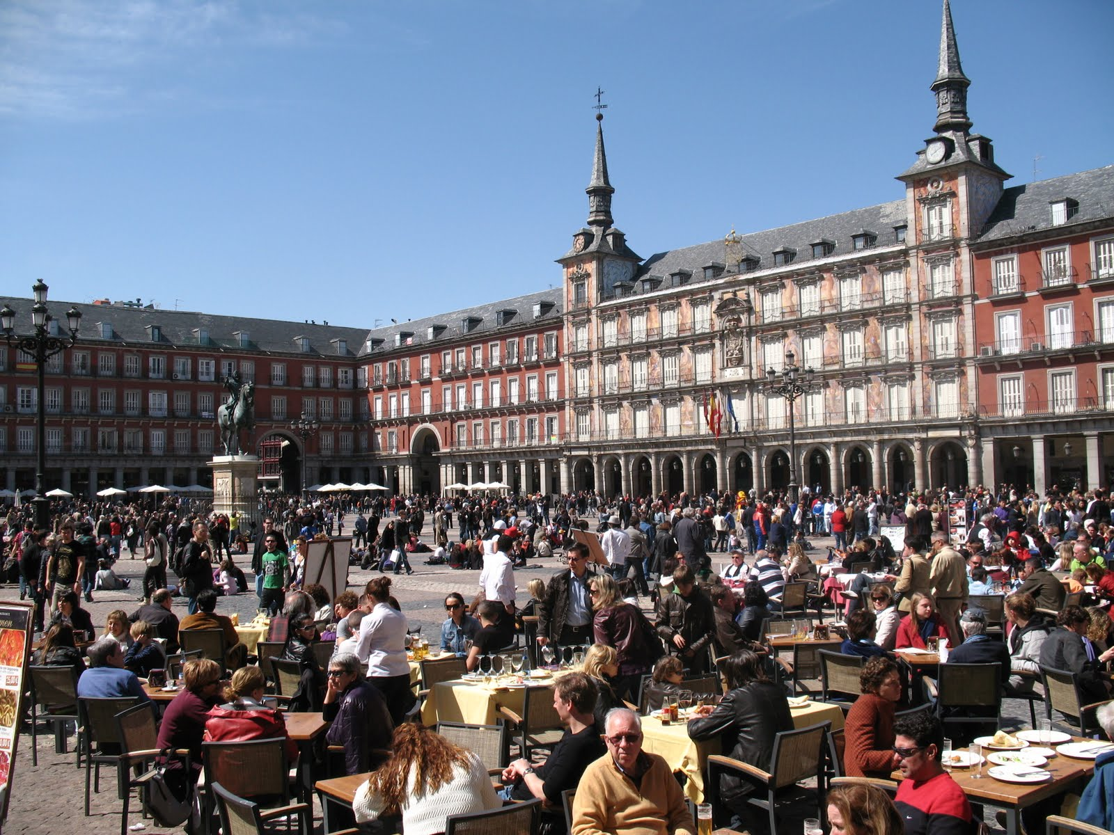 Plaza mayor of madrid architecture and history for Hotel mayor madrid